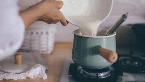 Вливаем в закипевшее кокосовое молоко
