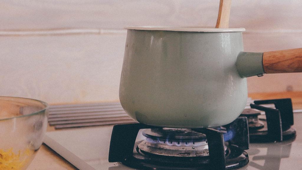 Ставим сахар с водой  на огонь и доводим до кипения
