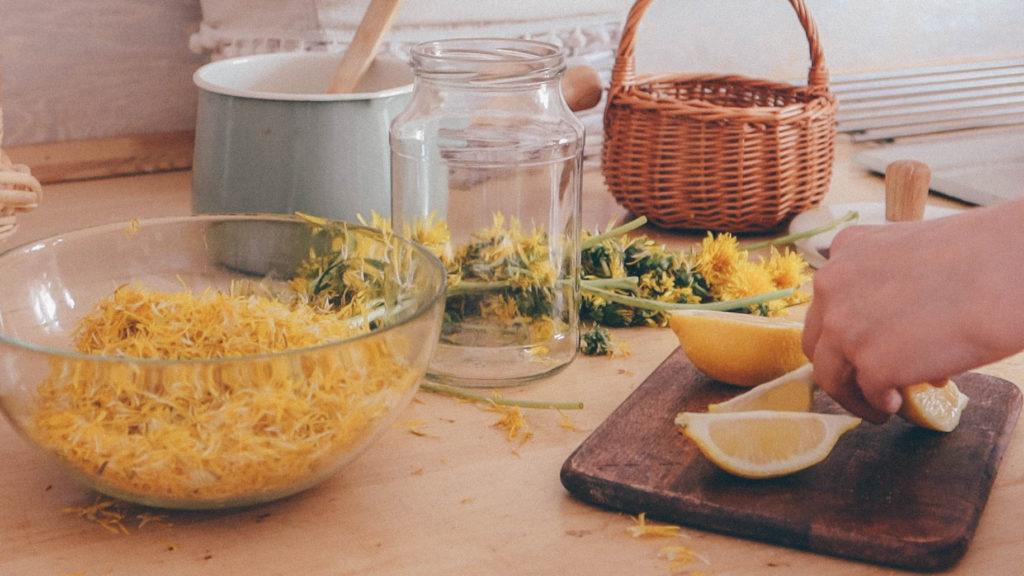 Нарезаю дольки лимона